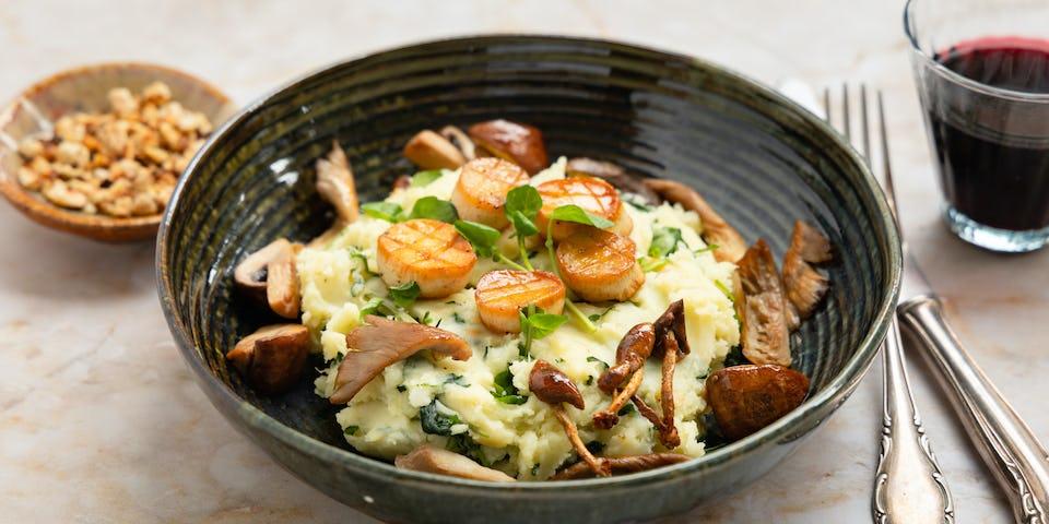 Smeuïge witte bataat-aardappelpuree met waterkers, vegan 'coquilles', paddenstoelen en hazelnotencrunch   Maaltijdbox recepten