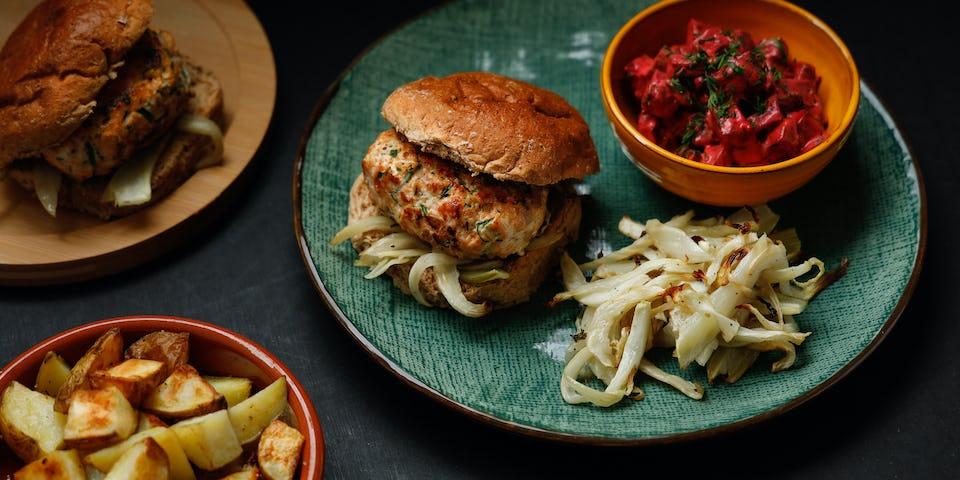 Broodje zalmburger met salade de betterave, geroosterde venkel en aardappeltjes   Maaltijdbox recepten
