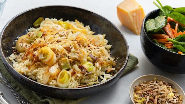 Orzo met gekarameliseerde prei, zonnebloem-knoflook-citroen-chilicrunch en spinazie-peen salade | Maaltijdbox recepten