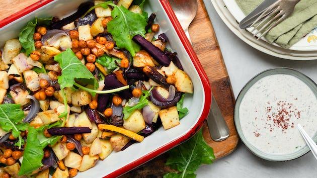 Traybake met knolselderij aardappel peen kikkererwten en sumakyoghurt | Maaltijdbox recepten