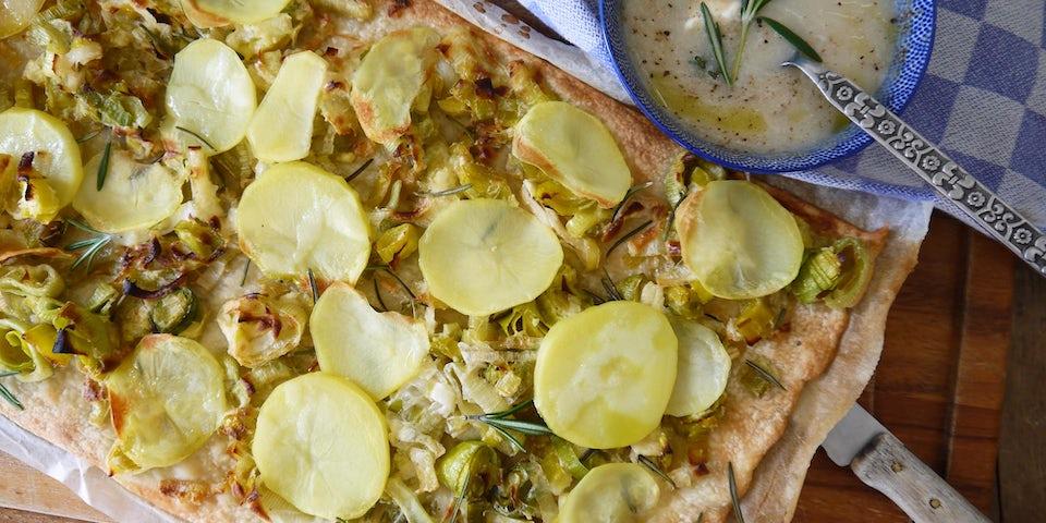 Wk-5-flammkuchen-prei-aardappel-rozemarijn-met-schorseneersoep-min