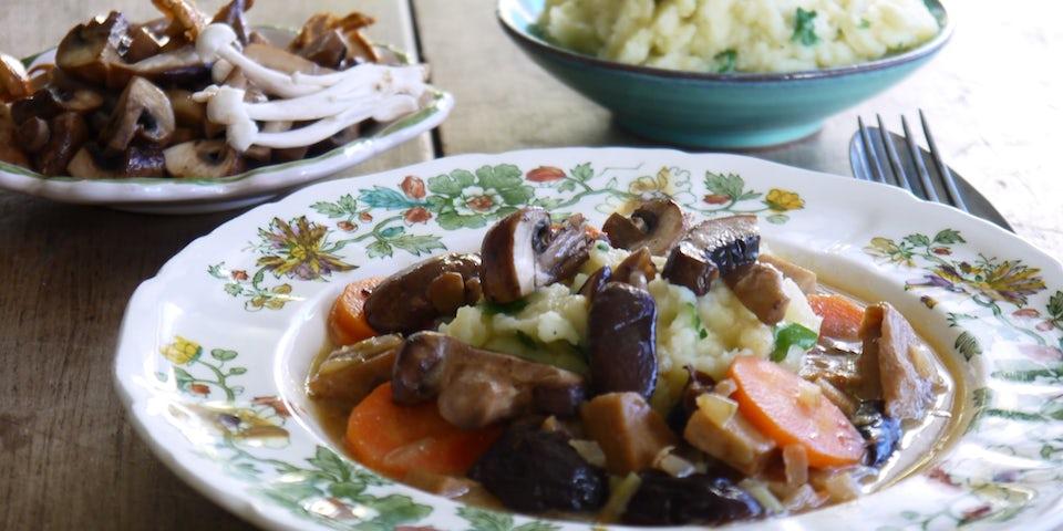 Wk-5-winterse-stoof-met-bataatpuree-en-paddenstoelen-min