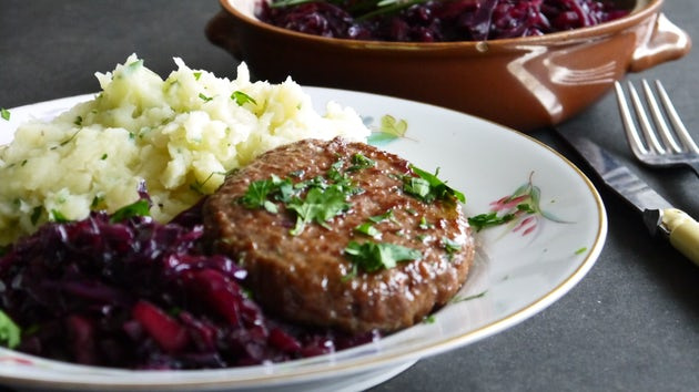 Wk-6-geroerbakte-rode-kool-met-knolselderij-aardappelpuree-hamburger-min